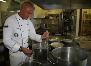 5 trucchi per cominciare a cucinare come uno chef da for Cucinare per 300 persone