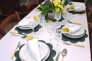apparecchiare bene una tavola è fondamentale per una cena con amici