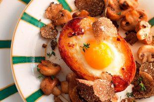 Patata ripiena di uova, funghi e tartufo: la ricetta